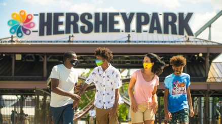 Fanily walking past the Hersheypark front gate